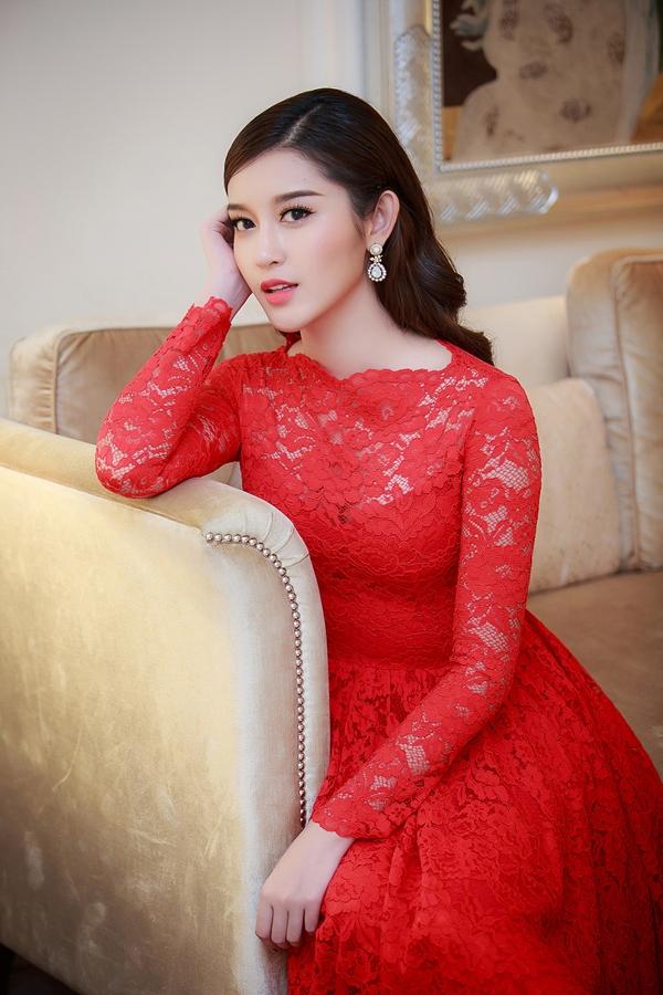 Á hậu Huyền My vừa thanh lịch, vừa gợi cảm trong một thiết kế váy ren tông đỏ của nhà thiết kế Đỗ Mạnh Cường.