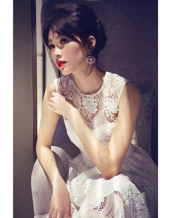 Hoa hậu Đặng Thu Thảo mang đến vẻ ngoài khác lạ trong những thiết kế váy ren dành cho mùa thời trang Thu - Đông năm nay.