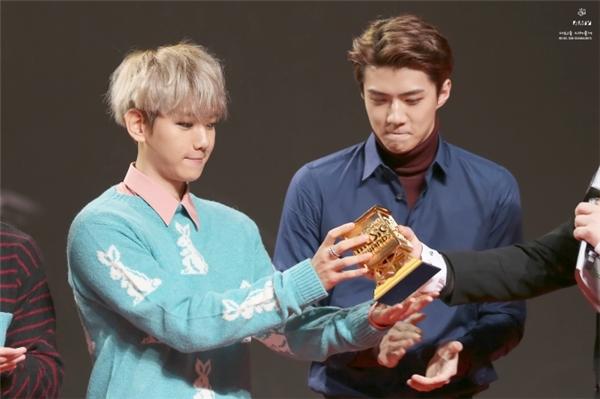 EXO đã được trao nhầm cúp mà không hề hay biết.
