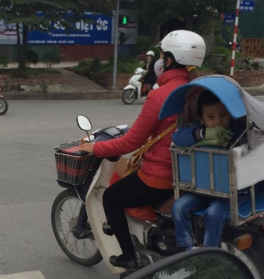Người con được mẹ đặt trong một chiếc ghế chắn rét. (Ảnh: Internet)