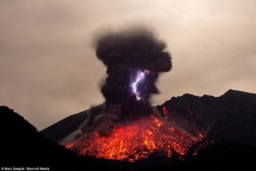 Sét trên miệng núi lửa doMarc Szeglatghi lại. (Ảnh:Marc Szeglat)