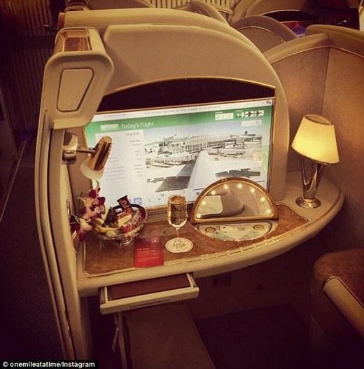Schlappig được tặng một lisâm-panh và vô số kẹo trong khoang hạng nhất trên chuyến bay từ Dallas tới Dubai.(Ảnh: Internet)