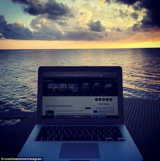 Schlappig tranh thủ viết blog trong lúc dừng chân ở Maldives.(Ảnh: Internet)