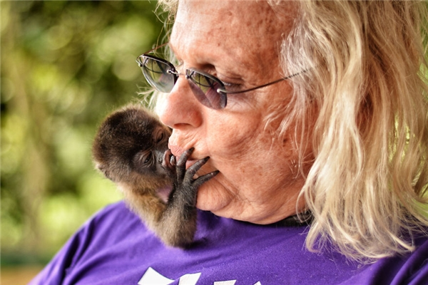 """Boomer là một chú khỉ con thuộc giống khỉ Nam Mĩ, sống với """"mẹ"""" mình là cô Raquel.(Ảnh: Bored Panda)"""