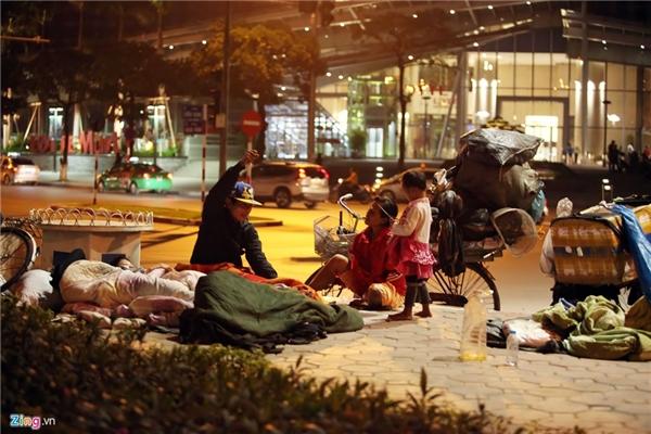 Do không khí lạnh tăng cường kết hợp với nhiễu động gió đông nên thời tiết miền Bắc dần xuống thấp. Tại Hà Nội đêm 2/12 có nơi chỉ còn 18 độ C, nhiều người vô gia cư mang chăn bông ra đường ngủ.