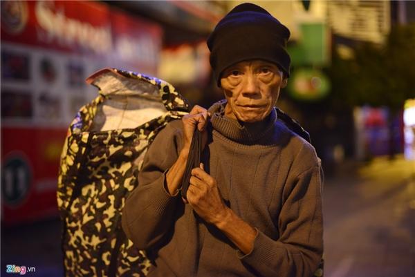 Người đàn ông không thể nhớ nổi tên mình trong ảnh cho biết, ông đã lang thang dọc tuyến đường Kim Mã suốt cả đêm nhưng do gió quá lạnh nên vẫn chưa tìm thấy chỗ trú chân để qua đêm.