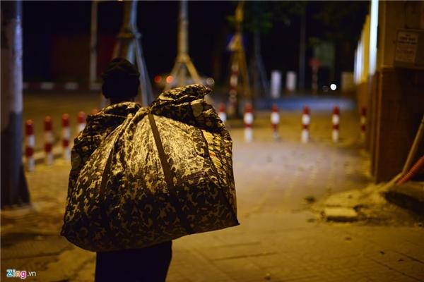 Dọc các tuyến phố Tràng Thi, Ngô Thì Nhậm, Âu Cơ... vào lúc 0h cũng có rất nhiều người chung cảnh ngộ như bà Hạnh.