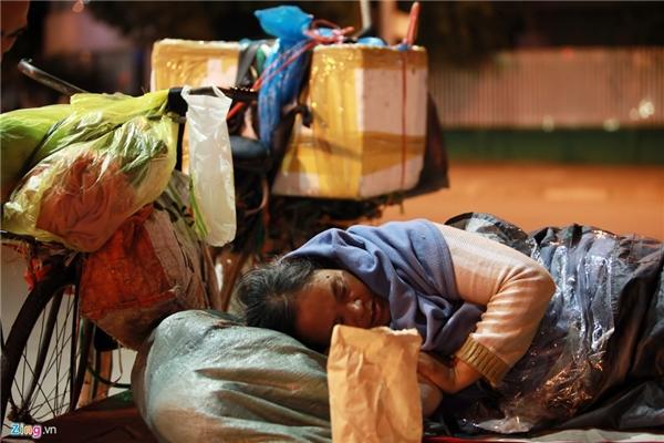 Người phụ nữ được mọi người xung quanh gọi là Hạnh phải dùng áo mưa che chắn tứ phía vì gió thổi mạnh. Do không có tiền thuê trọ nên ban ngày bà làm nghề nhặt rác và bán xôi, kem, đêm xuống phải tìm chỗ ngủ tại bất kỳ đâu.