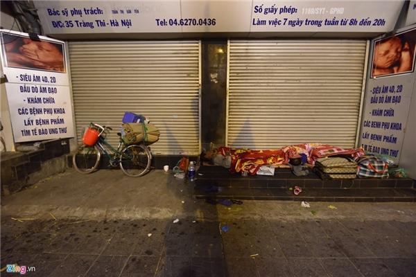 Gần 2h sáng, ông chuyển sang đường Liễu Giai, trên vai mang chiếc túi to hơn cả thân người với đồ đạc nhặt được trên phố. Ông chỉ mong trời hết lạnh để không phải trải qua những tháng ngày cuộn tròn mình ở vỉa hè.