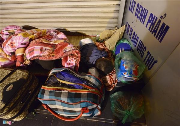 Một bé trai khác nằm giữa đống đồ lỉnh kỉnh trên phố Tràng Thi.