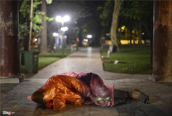 Tại công viên Lê Nin gần phố Điện Biên Phủ, một người đàn ông thậm chí còn không có chăn lẫn tấm trải nền nào. Khu vực này thoáng và nhiều cây nên gió thổi rất lạnh.