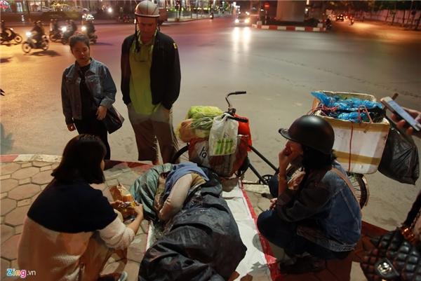 Rạng sáng 3/12, một nhóm bạn trẻ mang đồ ăn đến ủng hộ những người vô gia cư trên đường phố Hà Nội.