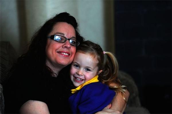 Người mẹ liều lĩnh nhất năm Amanda Davies và con gái nhỏ Lil. (Ảnh: Mirror)