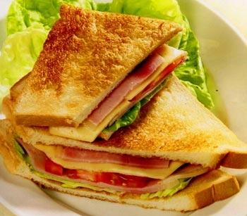 Bánh mỳ kẹp thường làm từ những loại thực phẩm chứa nhiều chất béo và gây ảnh hưởng xấu tới sức khỏe. Ảnh minh họa.