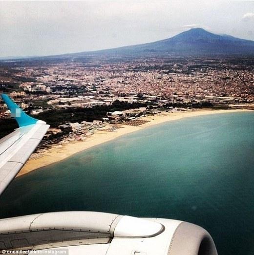 """""""Cảnh đỉnhEtna sau khi cất cánh từ Catania"""", Schlappig chú thích ảnh.(Ảnh: Internet)"""
