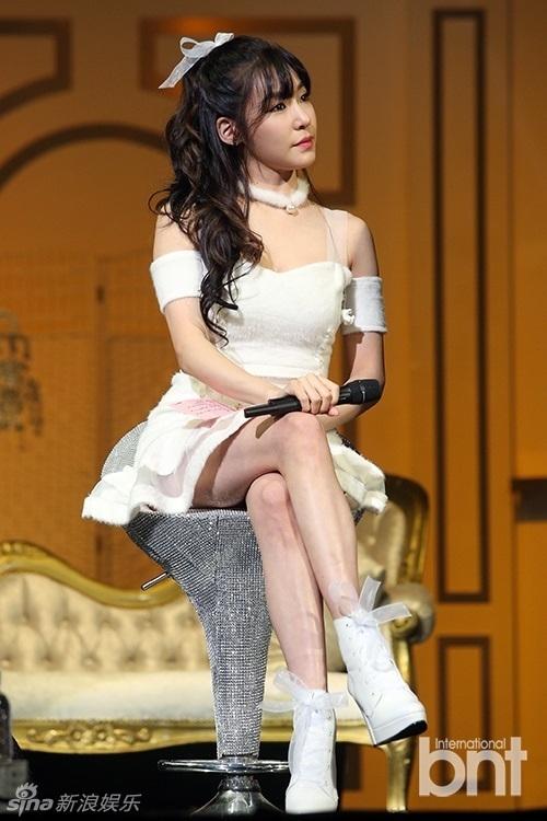 Tiffany cũng gầy đến độ lộ đôi chân gần như chỉ còn da bọc xương