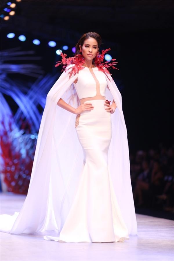 Mặc dù chỉ có gần hai tháng để chuẩn bị nhưng với kinh nghiệm làm người mẫu, chinh chiến nhiều cuộc thi nhan sắc trong và ngoài nước, Phạm Hương dường như khá vững tin để đến với Miss Universe 2015. Khán giả cũng rất kì vọng vào sự tỏa sáng của cô trong cuộc thi năm nay. - Tin sao Viet - Tin tuc sao Viet - Scandal sao Viet - Tin tuc cua Sao - Tin cua Sao