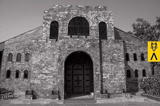 Cổng vào của lâu đài kiên cố phong cách như thời vua chúa cổ đại