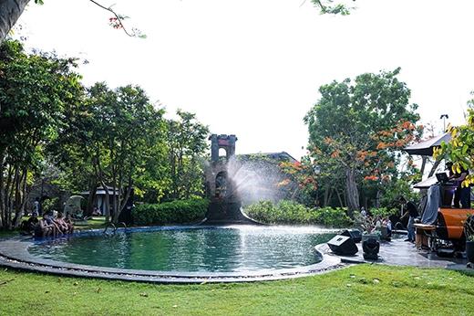 Không gian hồ bơi nhiệt đới, mang đến cho các bạn giây phút giải trítuyệt vời bên bạn bè.  Kiến trúc và nội thất theo phong cách châu Âu, mang đến vẻ sang trọng và lãng mạn cho toà lâu đài cổ kính này.