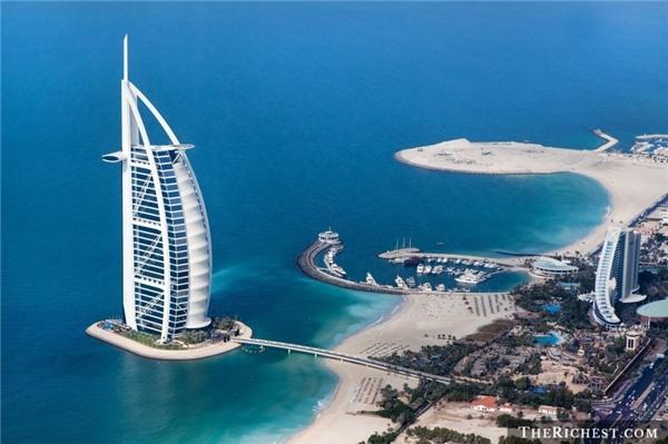 """Nghỉ đêm ở Burj Al Arab:Được mệnh danh là """"khách sạn 7 sao duy nhất trên thế giới"""", Burj Al Arab sẽ cho du khách trải nghiệm cảm giác được sống như những ông hoàng bà chúa. Mọi dịch vụ của khách sạn này đều đạt đẳng cấp thế giới, các phòng có thiết kế xa hoa, lộng lẫy."""