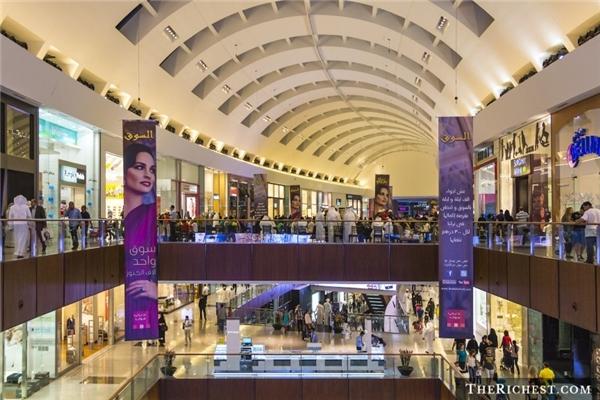 Mua sắm ở Dubai Mall:Khu tổ hợp mua sắm khổng lồ này có tới hơn 12.000 cửa hàng, trong đó có nhiều thương hiệu lớn trên thế giới. Với những tín đồ thời trang, đây là cơ hội để tậu các món đồ hàng hiệu mới nhất. Dubai Mall còn có bể thủy sinh, vườn thú dưới nước, khu trượt băng và nhiều điểm tham quan thú vị khác.