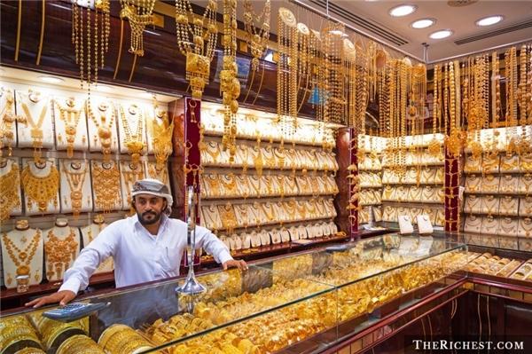Vung tiền ở chợ vàng:Chợ vàng là một trong những điểm tham quan hấp dẫn nhất Dubai, với những sản phẩm đảm bảo và thường rẻ hơn so với mặt bằng chung của thế giới từ 10-20%. Bạn có thể đầu tư tiền mua vài món và về bán lại. Chất lượng vàng trong các cửa hàng ở đây được chính phủ nước này đảm bảo. Tuy nhiên, bạn không nên mua vàng của những người bán rong.