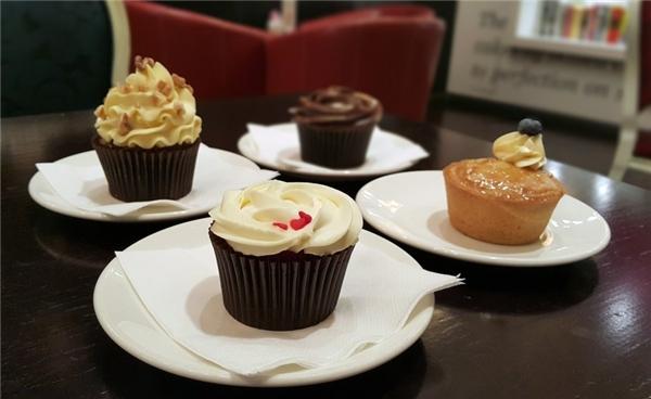 """Ăn bánh cupcake của Bloomsbury ở Dubai Mall:Ngoài những món bánh ngon tuyệt, nếu thừa tiền, bạn có thể đặt """"The Golden Phoenix"""" - chiếc bánh cupcake đắt nhất thế giới. Được làm từ chocolate hảo hạng, bọc trong lá vàng ăn được và sử dụng những nguyên liệu quý hiếm, Golden Phoenix có giá 1.000 USD. Chỉ cần gọi một chiếc bánh này với tách cà phê vào buổi tối, sáng hôm sau bạn sẽ xuất hiện trên mặt báo."""