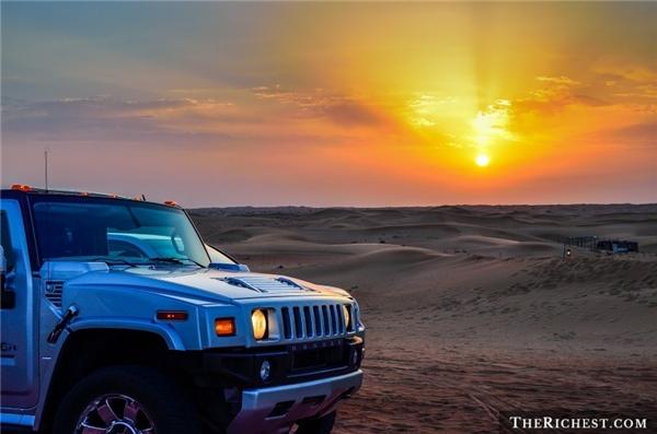 """Đăng ký tour hạng sang khám phá sa mạc Dubai:Nghĩ tới sa mạc, người ta thường nghĩ tới một nơi nóng, khô và chẳng có gì thú vị. Tuy nhiên, một chuyến đi tới vùng hoang vu của Dubai sẽ khiến bạn thay đổi suy nghĩ. Du khách sẽ được cưỡi lạc đà, lái xe Bentley vượt cồn cát, bay trên khí cầu, đi xe jeep tới một ốc đảo để trải nghiệm một đêm như trong """"Nghìn lẻ một đêm"""" với rượu ngon, đồ ăn thượng hạng và những vũ điệu quyến rũ."""
