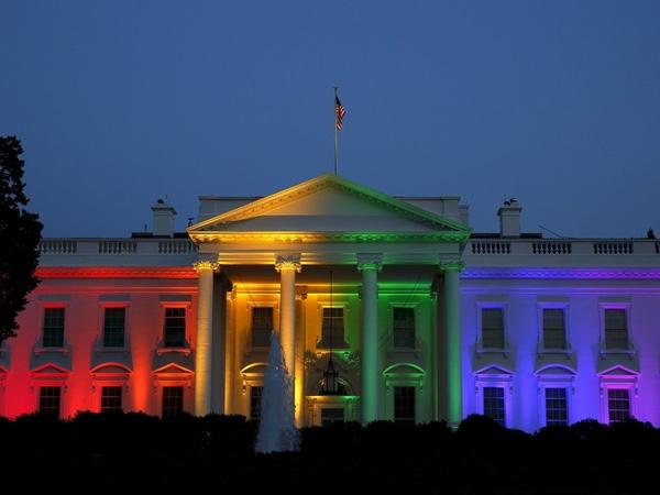 Nhà Trắng, Mỹ, được chiếu sáng bằng ánh sáng cầu vồng sau khi Tòa án Tối cao Mỹ đưa ra phán quyết hợp thức hóa hôn nhân đồng tính tại Washington ngày 26/6/2015.