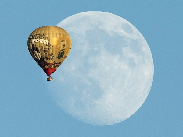 Một chiếc khinh khí cầu bay qua mặt trăng ở Rancho Santa Fe, California, 25/9/2015.