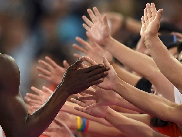 Vận động viên điền kinh Jamaica, Usain Bolt, đập tay với fan hâm mộ sau khi dành huy chương vàng nội dung chạy 200 mét tại IAAF World Championship lần thứ 15 diễn ra ở Sân vận động Quốc gia, Bắc Kinh, Trung Quốc vào ngày 27/8/2015.
