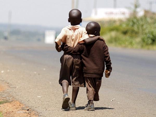 Hai cậu bé ở làng Kogelo, phía tây thủ đô Nairobi, Kenya, đi bộ từ trường về nhà để ăn trưa vào ngày 16/7/2015.