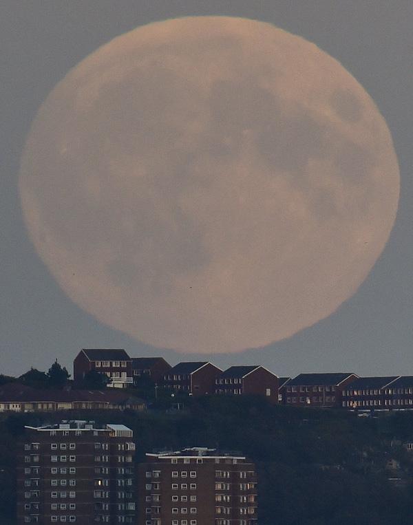 Siêu trăng trên bầu trời Brighton miễn nam nước Anh ngày 27/9/2015.