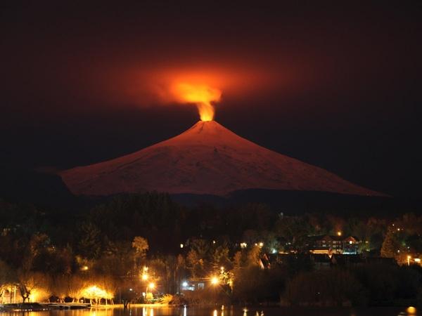 Núi lửa Villarrica nhìn từ thị trấn Pucon, Chile ngày 12/7/2015. Villarrica, nằm gần khu du lịch nổi tiếng của Pucon, là một trong những núi lửa hoạt động mạnh nhất Nam Mỹ.