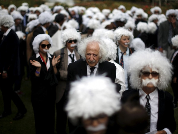 Benny Wasserman, 81 tuổi, (ở giữa ảnh) đứng giữa những người hóa trang giống như Albert Einstein nhằm thiết lập kỷ lục thế giới để quyên tiền cho trường trường School on Wheels và giáo dục trẻ em vô gia cư tại Los Angeles, California, Mỹ ngày 27/6/2015.