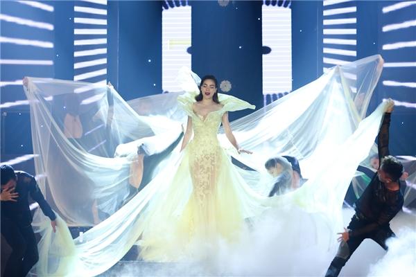 Gần đây khi tham gia ghi hình cho một chương trình ca nhạc danh tiếng, Hồ Ngọc Hà xuất hiện lộng lẫy trên sân khấu trong bộ váy có tông màu vàng chanh trẻ trung, ngọt ngào. Chất liệu xuyên thấu cùng dáng váy ôm sát giúp nữ ca sĩ phô diễn khéo léo vẻ đẹp hình thể.