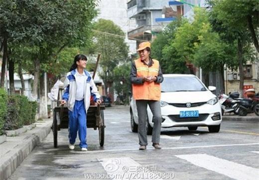 Nữ sinh Trung Quốc giúp mẹ quét rác trong những ngày nghỉ khiến nhiều người cảm động.