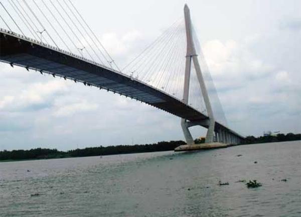 Thời gian qua, rất nhiều trường hợp tìm đến cầu Cần Thơ quyên sinh và chưa có biện pháp ngăn chặn (ảnh: Báo Công an nhân dân).