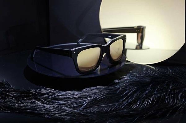Chiếc kính đơn giản, hiện đại này có giá 11 triệu đồng. Đây là sản phẩm của Linda Farrow.