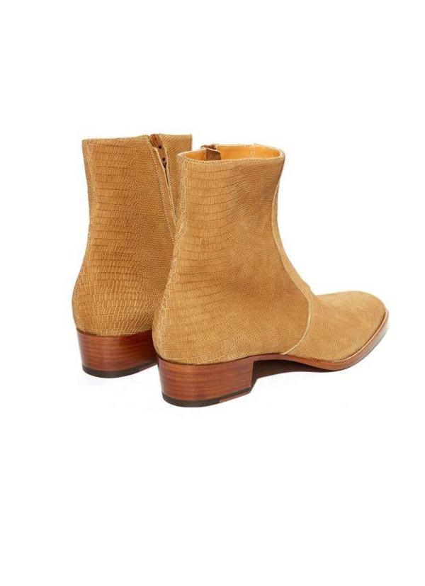 Giày boots da màu vàng cát có giá hơn 22 triệu đồng.