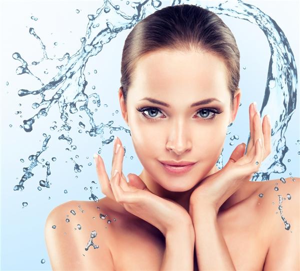 Trước tiên, nên đảm bảo đủ nước cho cơ thể. Uống nhiều nước khiến làn da đủ độ ẩm và luôn trẻ trung. Sữa rửa mặt tạo bọt hoặc có độ tẩy nhẹ sẽ được ưu tiên hàng đầu. Tránh sử dụng sữa rửa mặt chứa kiềm, toner chứa cồn hoặc chất làm se da vì sẽ làm da bạn mất đi độ ẩm cơ bản, gây khô rát.