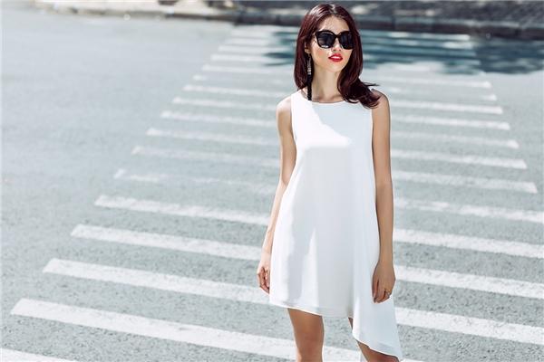 Diện độc thiết kế màu trắng đơn giản với phom bất đối xứng vẫn giúp bạn có thể trở thành tâm điểm.