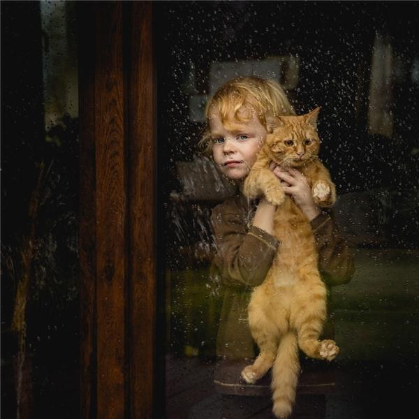 Nuôi thú cưng mang lại nhiều lợi ích về sức khỏe tinh thần cho trẻ em, đặc biệt là tăng chỉ số cảm xúc. (Ảnh:Lidia Madura, Ba Lan)