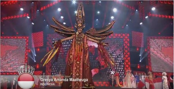 Trong ảnh là đại diện của Philippines, đất nước có trang phục truyền thống đẹp nhất tại cuộc thi năm nay. - Tin sao Viet - Tin tuc sao Viet - Scandal sao Viet - Tin tuc cua Sao - Tin cua Sao