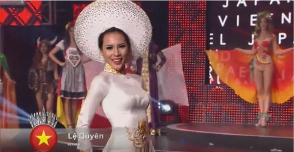 Lệ Quyên trong tà áo dài trắng thêu 54 dân tộc do nhà thiết kế Thuận Việt thực hiện. - Tin sao Viet - Tin tuc sao Viet - Scandal sao Viet - Tin tuc cua Sao - Tin cua Sao