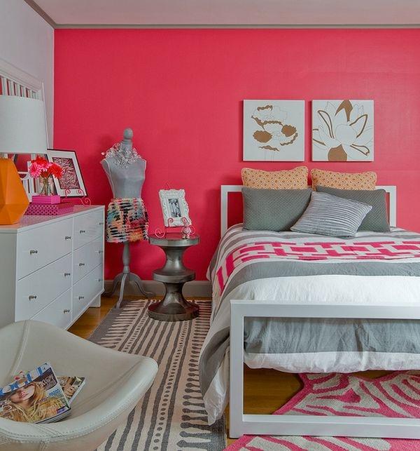 """Một cô nàng sành điệu sẽ biết kết hợp màu hồng rực rỡ với các tông màu trung tính để làm hài hòa hơn tổng thể cả căn phòng. Thay vì một chiếc thảm chỉ toàn màu hồng, ta có thể đổi thành chiếc thảm hồng pha trắng vằn vện. Thay vì một chiếc chăn hồng, tại sao lại không thay thế bằng chiếc chăn màu lạnh có họa tiết hồng nhỉ?   Căn phòng sẽ rực rỡ hơn biết bao nếu chúng ta biết pha trộn các tông màu đối lập một cách tinh tế. Nội thất trong phòng với """"50 sắc thái"""" của màu hồng cũng là một ý kiến hay để làm căn phòng thêm hiện đại hơn đấy."""