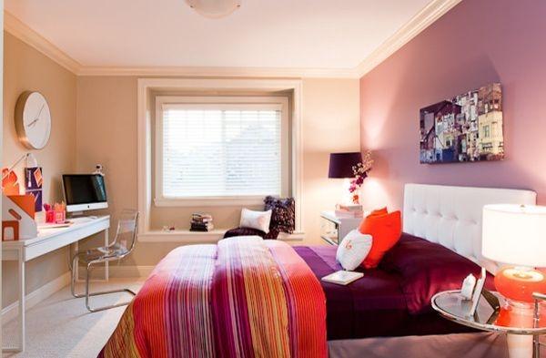 Tông cam luôn là tông màu yêu thích của những cô nàng cá tính muốn thể hiện bản thân. Một bộ ga trải giường vàng cam nổi bật và một chiếc đèn ngủ màu cam đã có thể làm sáng rực căn phòng.