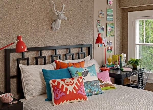 Bạn có thể tận dụng ảnh, quà lưu niệm, đèn ngủ sắc màu hoặc trang điểm cho vỏ gối, vậy là căn phòng của bạn đã trông cá tính như chủ của nó rồi đấy!