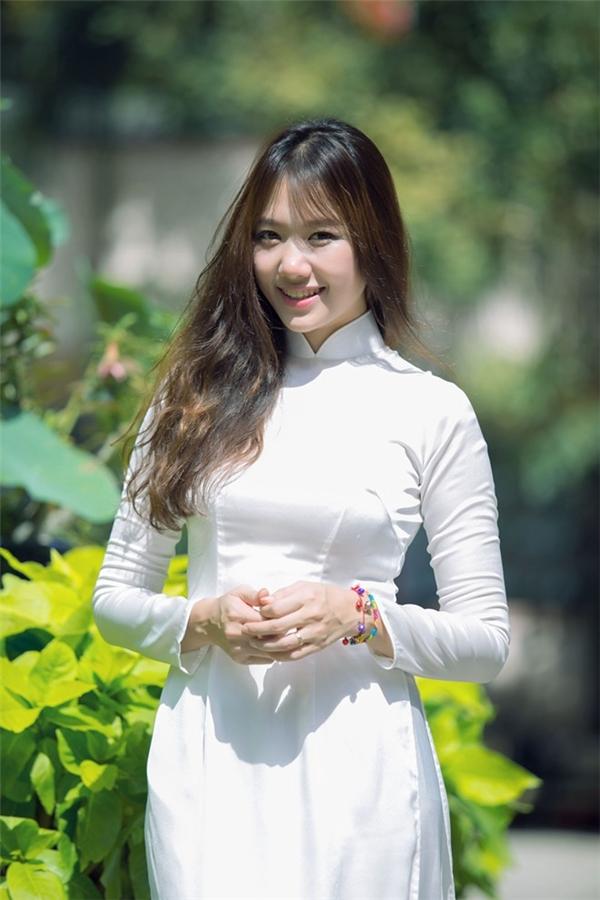 Hari cực hút mắt trong chiếc áo dài truyền thống Việt Nam. - Tin sao Viet - Tin tuc sao Viet - Scandal sao Viet - Tin tuc cua Sao - Tin cua Sao