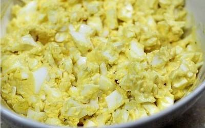 Trứng luộc chín, bóc vỏ, tách phần lòng trắng và lòng đỏ rồi dằm nhỏ. Cho tất cả nguyên liệu: trứng đã dằm nhỏ, sốt mayonnaise, mật ong, muối, tiêu vừa ăn vào trộn đều.